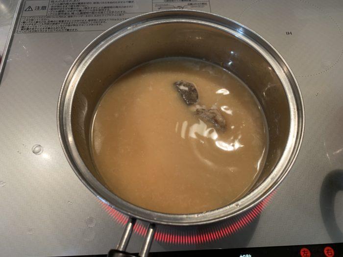 ガシラの味噌汁(味噌を入れる)