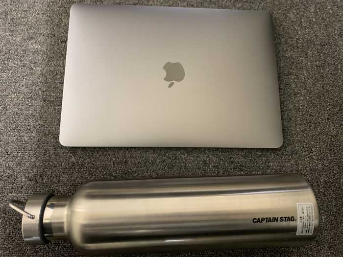 キャプテンスタッグステンレスボトルとMacBookPro13インチ