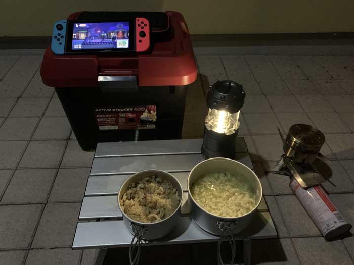 完成した炊き込みご飯とインスタントラーメン